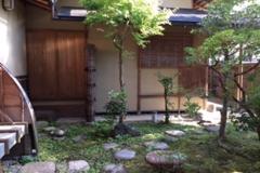 京都は詩仙堂にほど近く、金福寺の脇にある数奇屋。 桂離宮の修復や迎賓館を手がけた工務店による個人宅を時としてギャラリーに。
