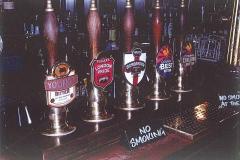 """美味しいAleビールの数々。 パブ""""THE ALBERT"""" Victoria St. London 2005年。"""