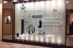 阪急百貨店うめだ本店 エレベーター前ガラス壁面 フロアビジュアルデザイン