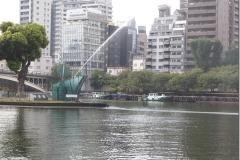 2011年4月建立 大阪市のコンペで電通とDAS会員の岡本覚氏と制作した、中之島剣先公園の澪標と千石船をイメージしたガラスの噴水モニュメント
